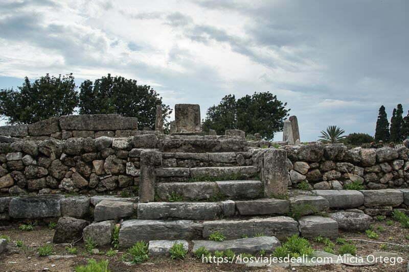 escaleras de piedra de acceso al templo de los obeliscos bajo cielo de tormenta en la ciudad antigua de byblos