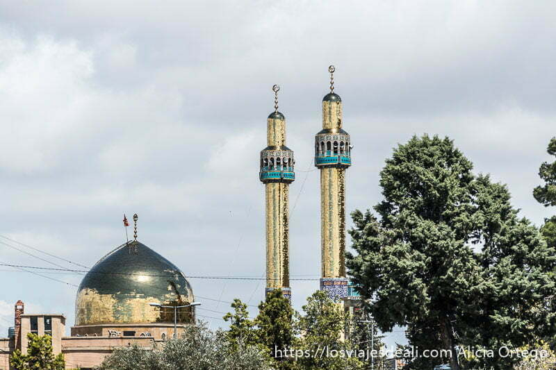 dos minaretes y cúpula de mezquita de baalbek recubiertos de cristalitos dorados