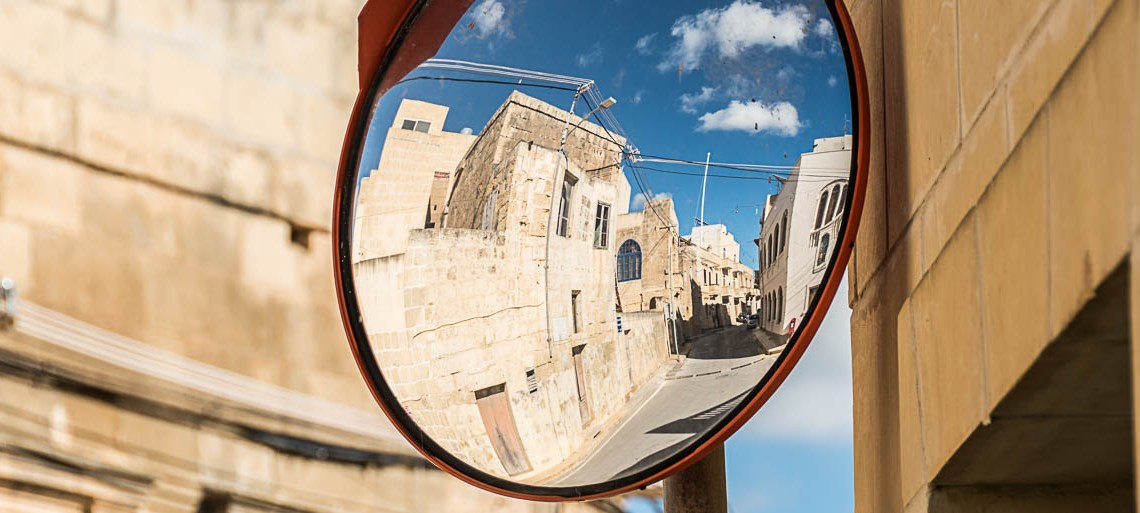 espejo de tráfico donde se refleja una calle de Gozo es los 5 imprescindibles de Malta