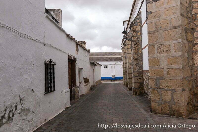 calle de el toboso con casas encaladas y parte baja pintada de añil