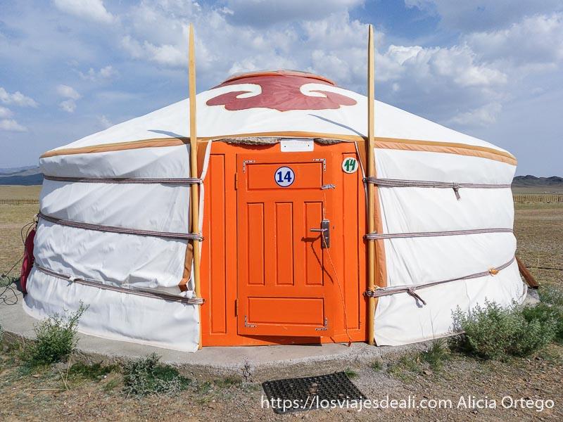 ger donde dormimos con puerta de madera pintada de naranja