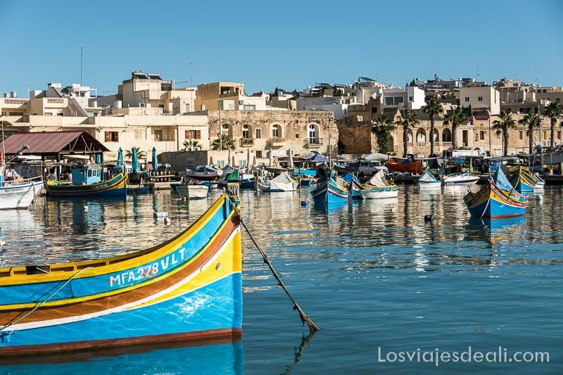 puerto pesquero de Marxaslokk con barcas pintadas a rayas de colores y un ojo en la proa uno de los 5 imprescindibles de Malta