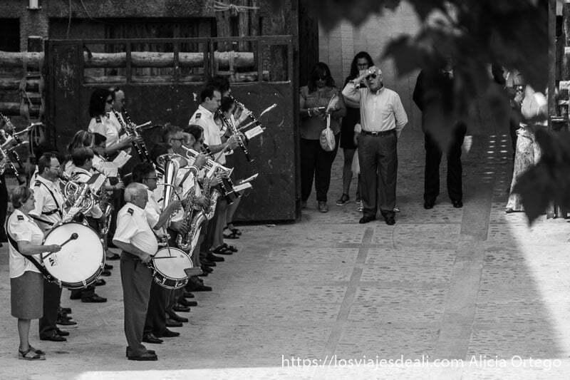 banda de música tocando en la plaza de ayna escapada a albacete