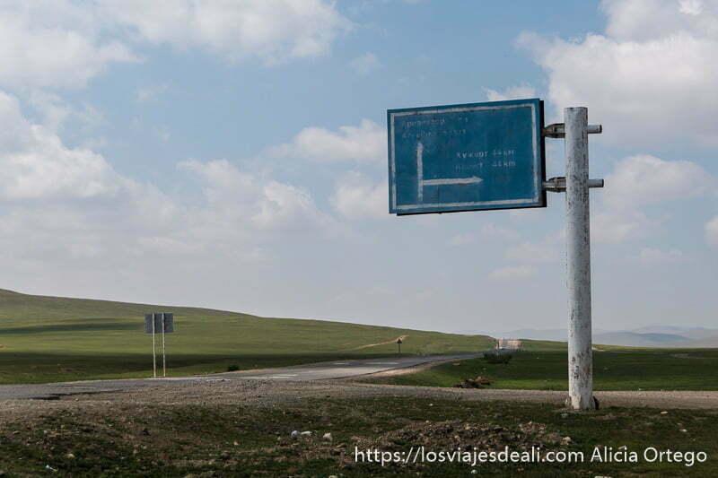 cartel de carretera pintado a mano en la estepa de mongolia