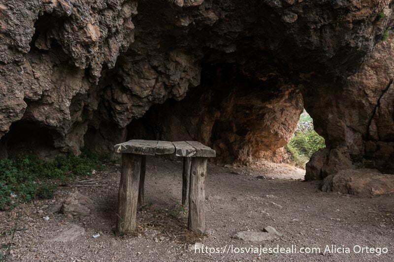 mesa de madera en la gruta-pasaje de riópar viejo