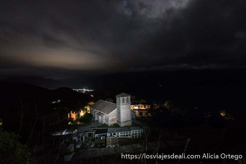 foto nocturna de vista desde la muralla con cementerio oficial e iglesia iluminados escapada a albacete