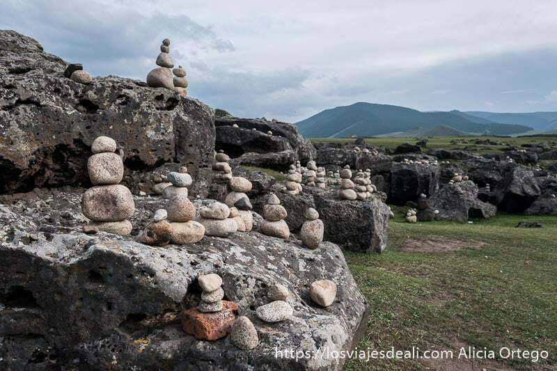 pilas de rocas blancas redondeadas y praderas en el valle de orkhon