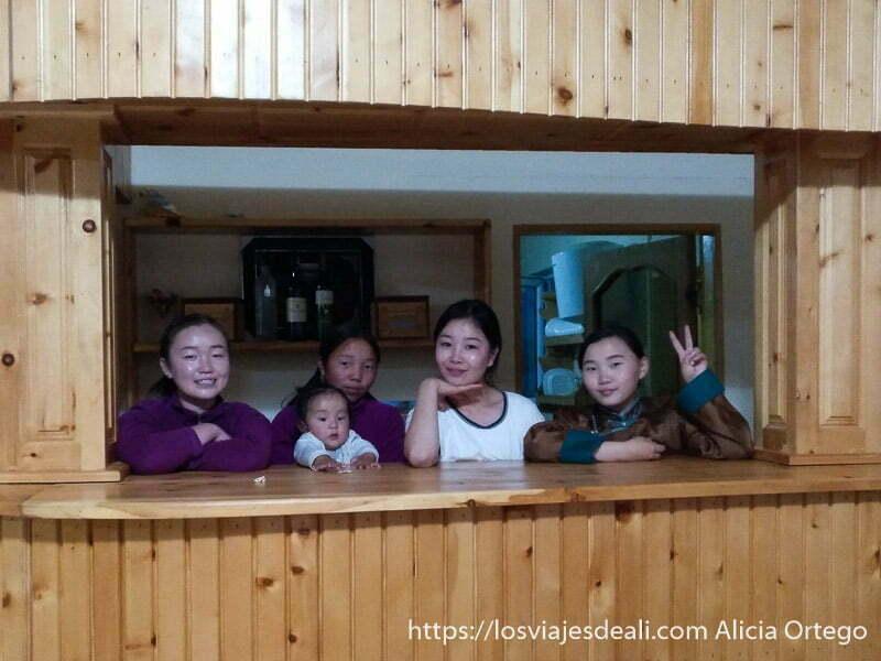 cuatro niñas y un bebé en el restaurante de uno de los campamentos donde dormimos viajar a mongolia