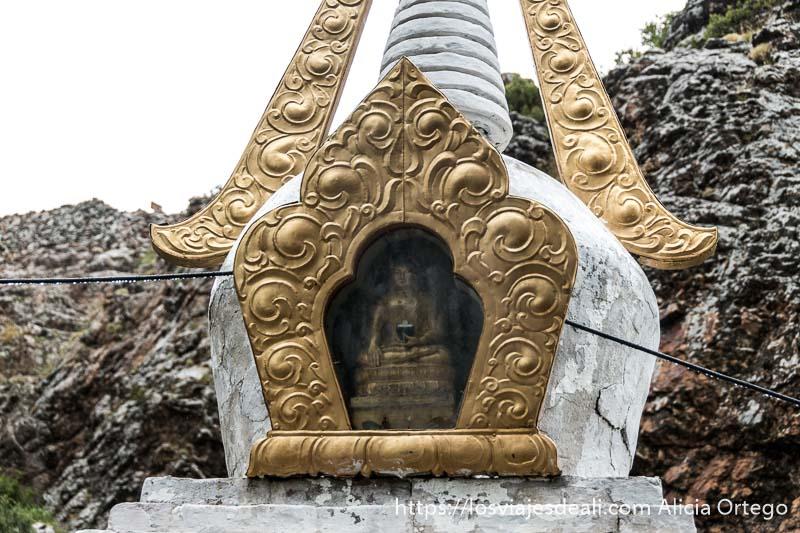 estupa de color blanco y oro con buda dentro en el monasterio del valle de orkhon