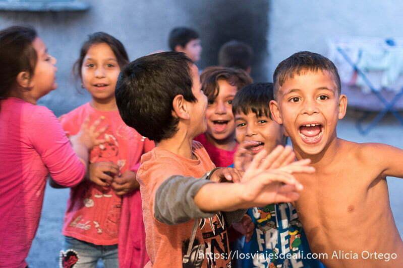 niños sonrientes abriendo la boca para salir en la foto una tarde en sliven convivencia con los gitanos de bulgaria