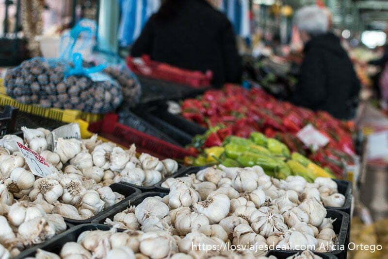 puesto de ajos y pimientos del mercado de sliven