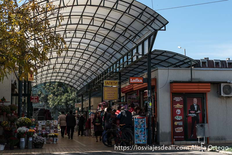 galería del mercado de sliven con estructura de techo