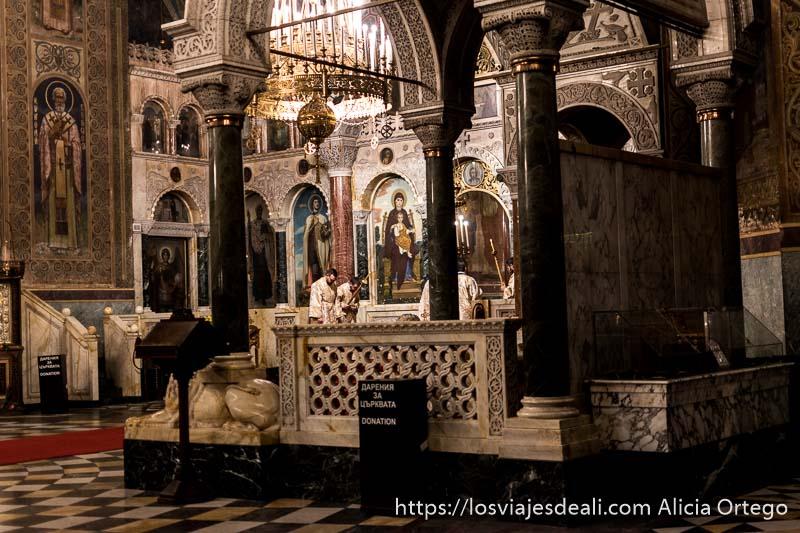 rincón del altar de alexander nevski en sofía al fondo se ve a dos sacerdotes inclinados