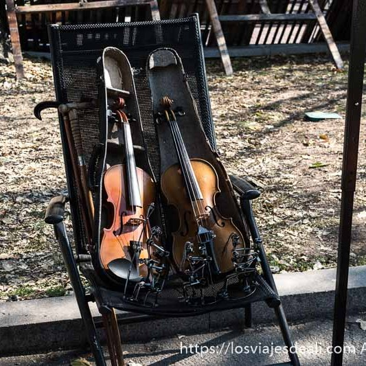 dos violines en sus estuches en el mercadillo de sofía