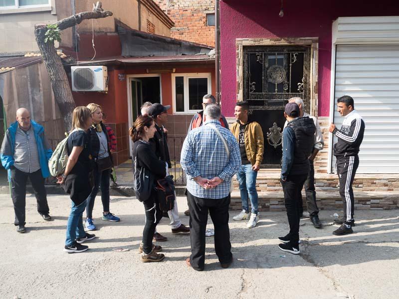 charlando con varios gitanos de bulgaria en una calle