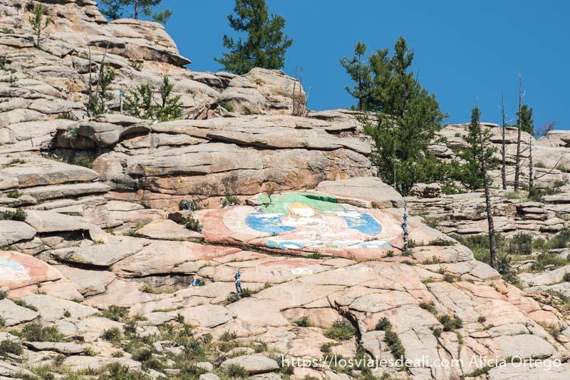 buda pintado en las rocas de la montaña de tsenserleg