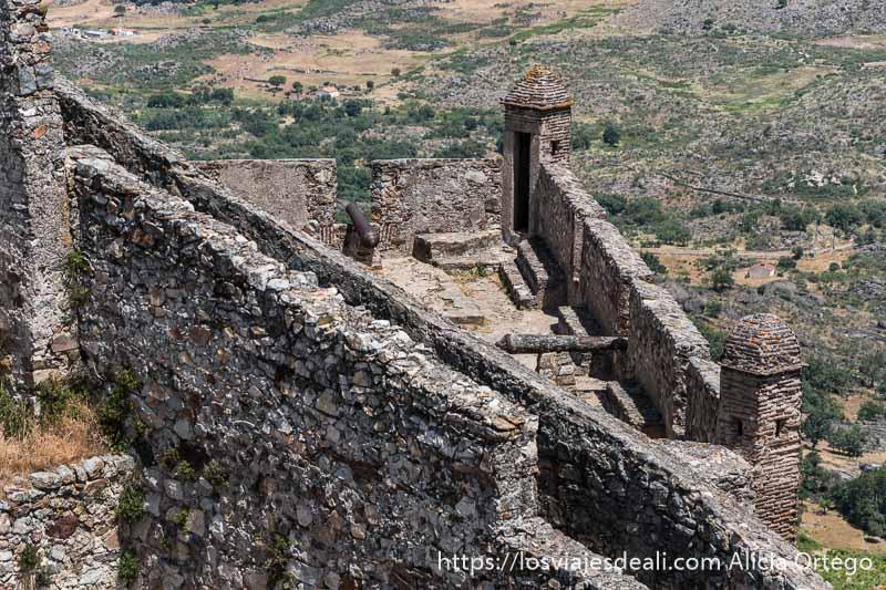 esquina de muralla con dos cañones cada uno apuntando en una dirección en las almenas