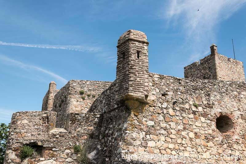 esquina de las murllas del castillo con torre de vigilancia y detrás torre del homenaje