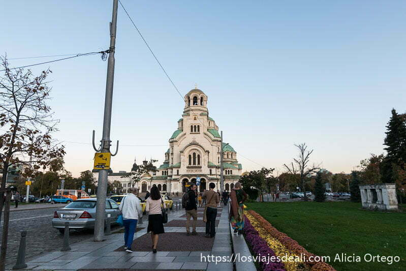 catedral alexander nevski al fondo de una calle ancha con jardines en el lado derecho
