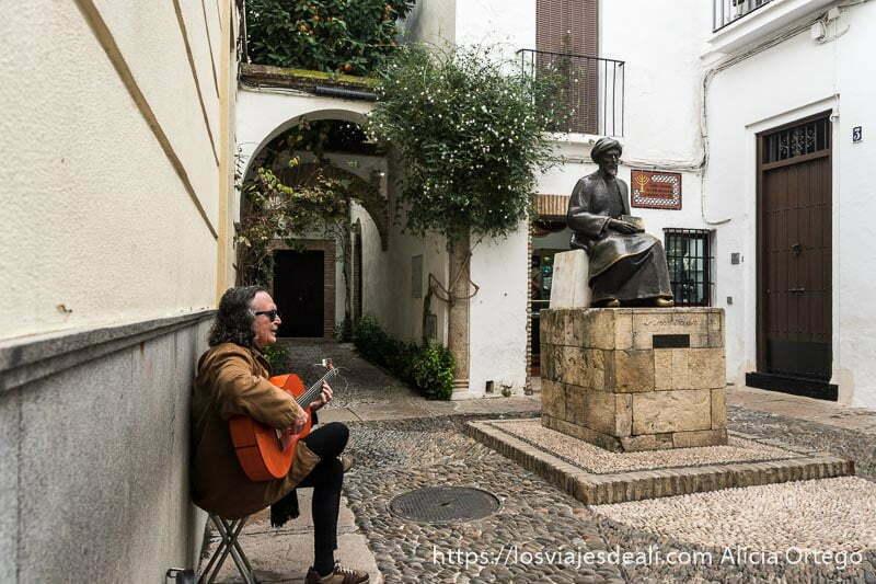 plaza de la judería con estatua de Maimónides y un señor tocando la guitarra al lado consejos para visitar córdoba