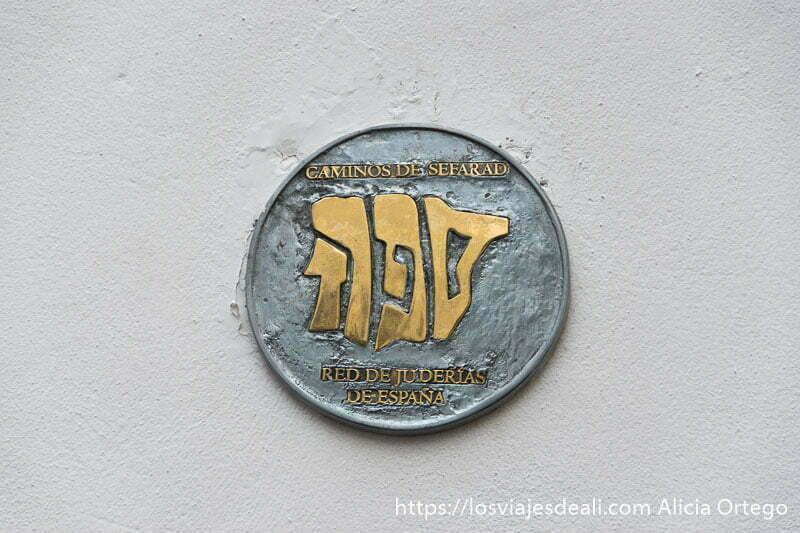sello de la red de juderías de España con tres letras hebreas que significa sefarad y tienen la forma de la península ibérica