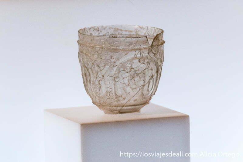 vaso de cristal con relieves decorativos encontrado en medina azahara