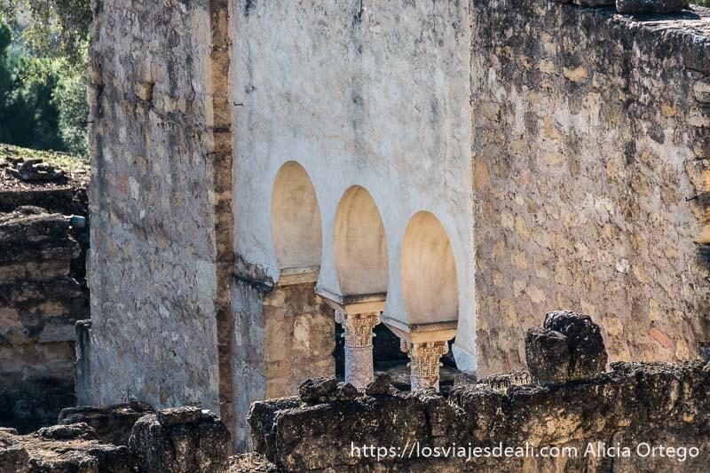 vista de una puerta con tres arcos y columnas en medina azahara