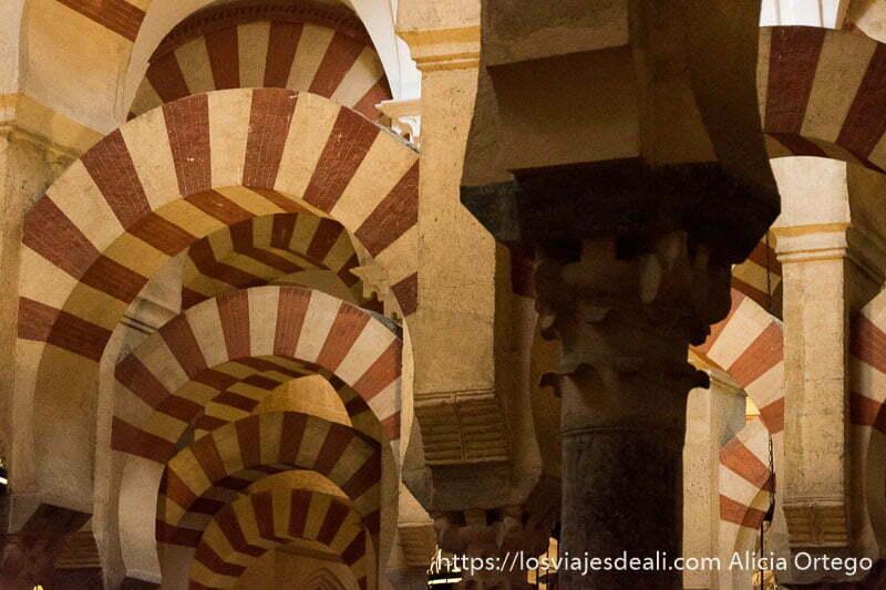 bosque de arcos y columnas pintados de rojo y blanco a rayas en la mezquita