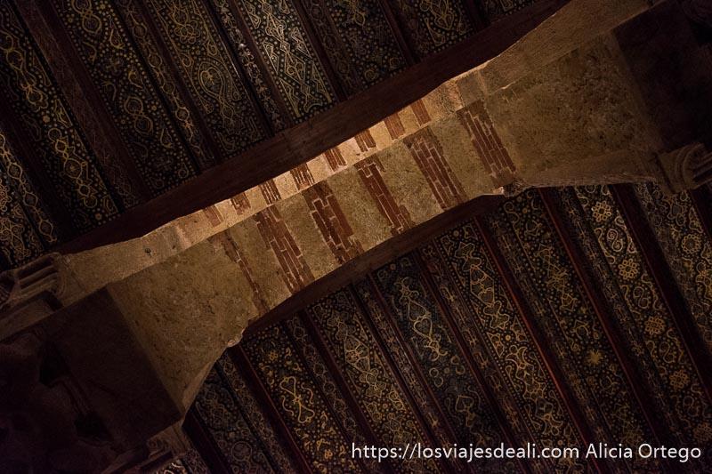 detalle de las vigas del techo de la mezquita con dibujos florales