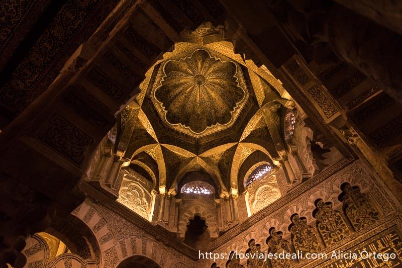 cúpula del mihrab de la mezquita con decoración de oro y muchos arcos superpuestos