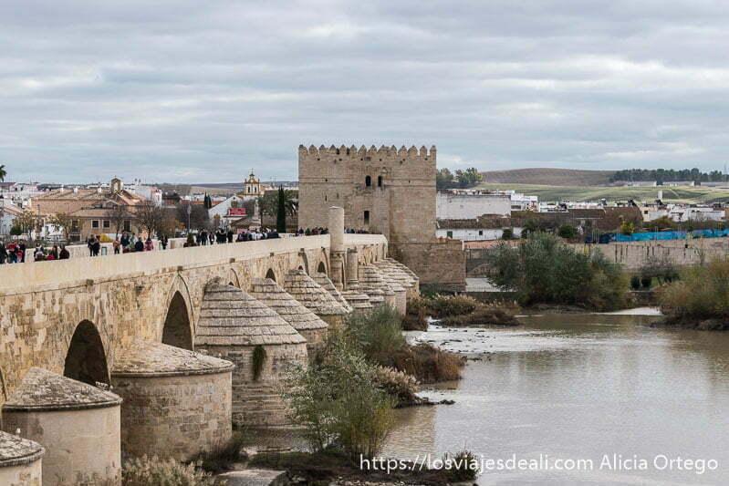 puente romano con la torre almenada de la calahorra al fondo visitar córdoba