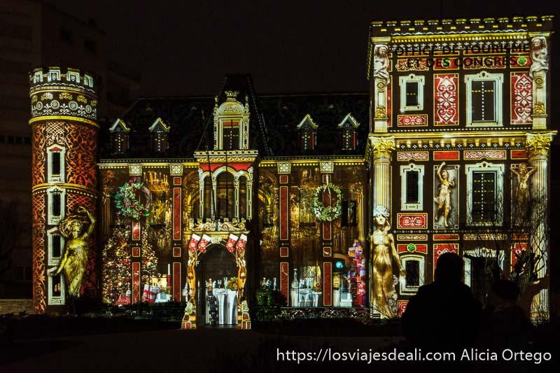 facha de oficina de turismo de biarritz iluminada con escena romántica