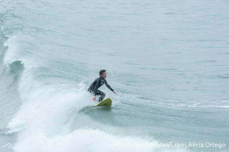 surfista cogiendo ola en la costa de san juan de luz y biarritz