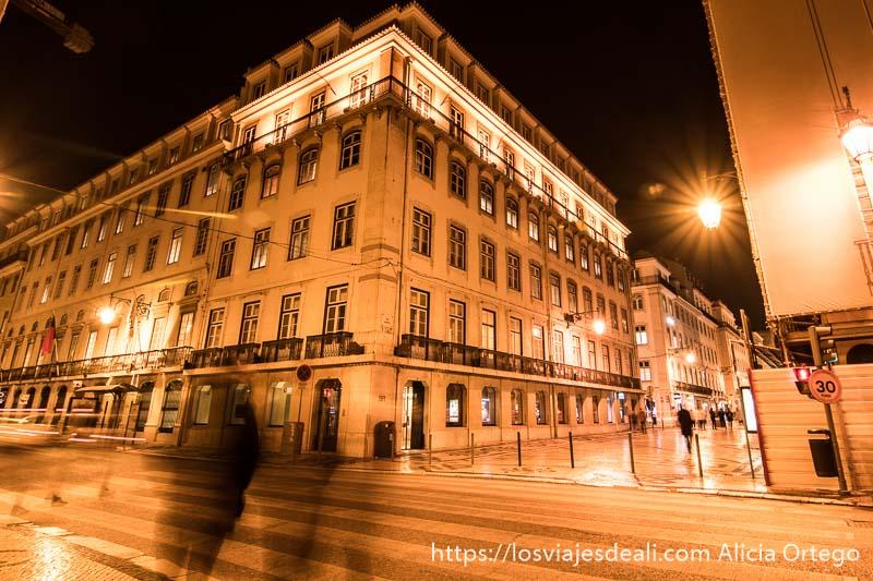 gran edificio neoclásico en el centro de lisboa por la noche