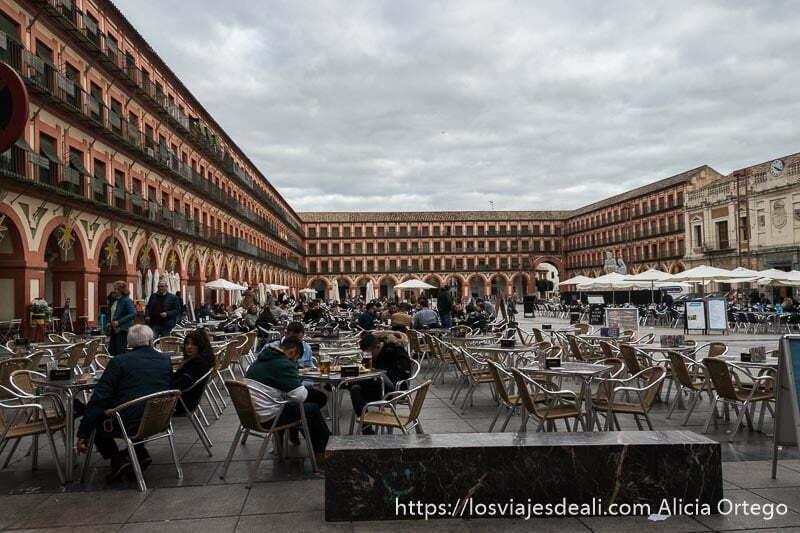 plaza de la corredera llena de terrazas para comer