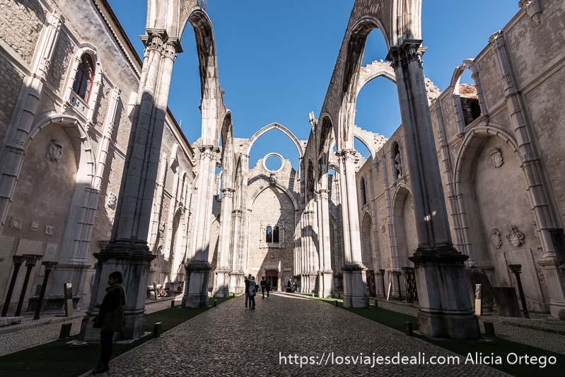 nave central del convento do carmo con arcos góticos recortándose en el cielo azul