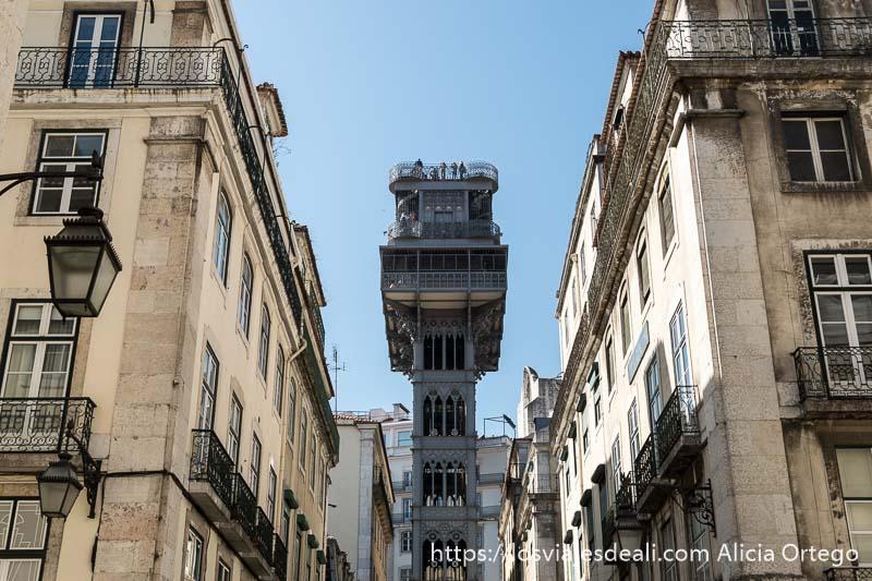 elevador de santa justa entre edificios neoblásicos con balcones y farolas de hierro en el centro de lisboa