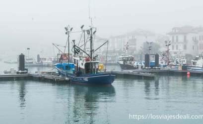 san juan de luz y biarritz barco pesquero en el puerto