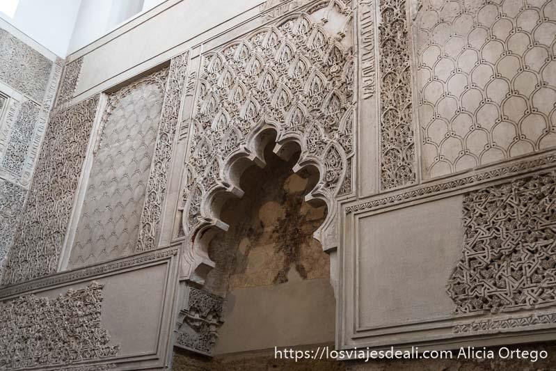 decoración de yeserías con arco polilobulado en el interior de la sinagoga de córdoba