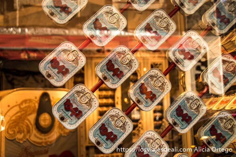 escaparate con latas de sardinas en las que pone 1942 que es el año de fundación de la tienda en el centro de lisboa