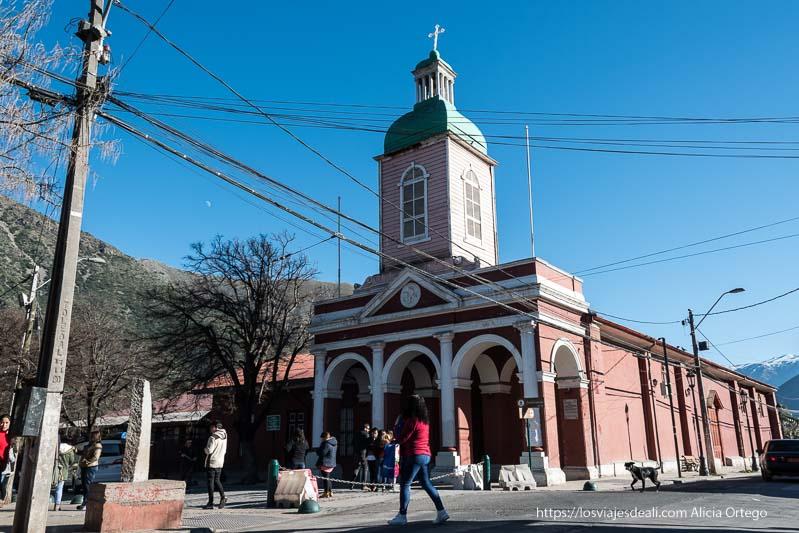 iglesia del pueblo santiago del maipo con torre de madera y soportal con arcos