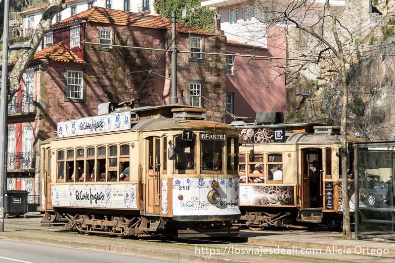 dos tranvías antiguos se cruzan en una calle
