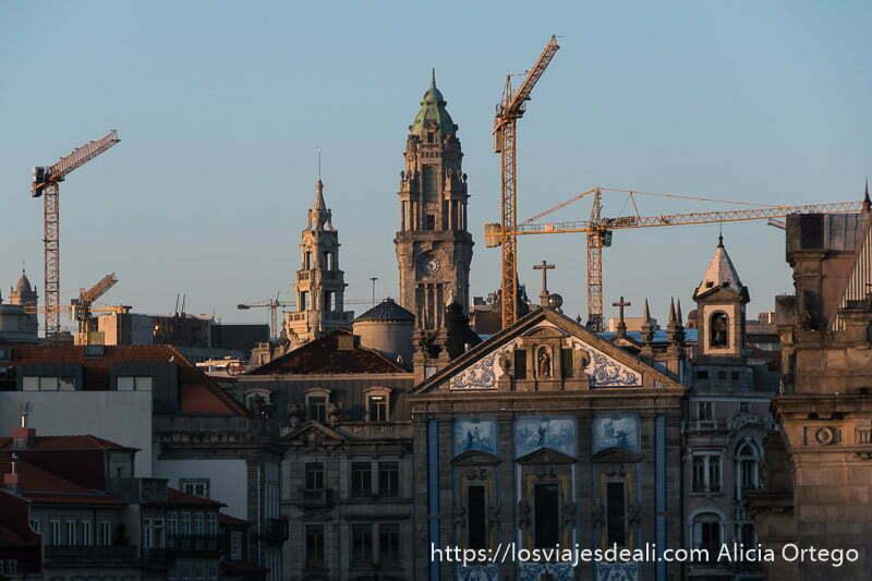 torres antiguas mezcladas con grúas de obras en el skyline de oporto