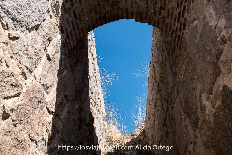 pasaje que sube hacia la parte superior de una de las torres de la muralla de ávila