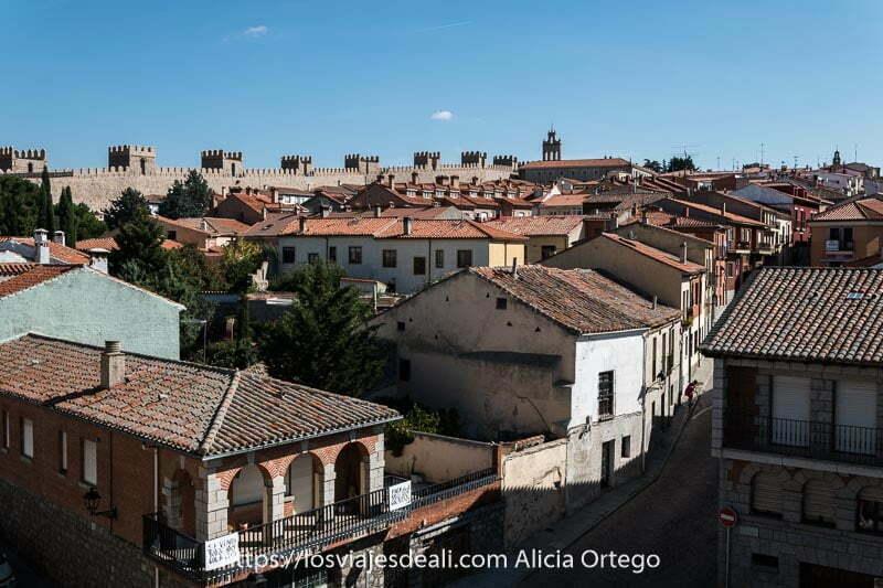 panorama de tejados y al fondo muralla uno de los lugares que ver en ávila