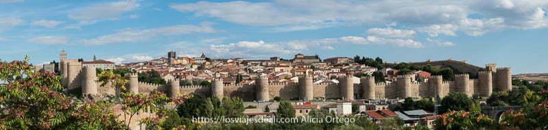 panorámica de la ciudad de Ávila con las murallas rodeándola