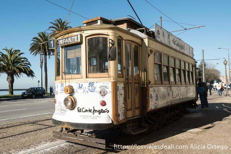 tranvía número 1 de madera esperando para salir hacia foz do douro