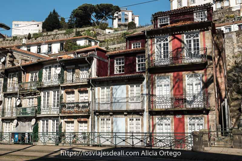 casas típicas del barrio de miragaia con ventanas blancas, azulejos de colores y balcones de hierro