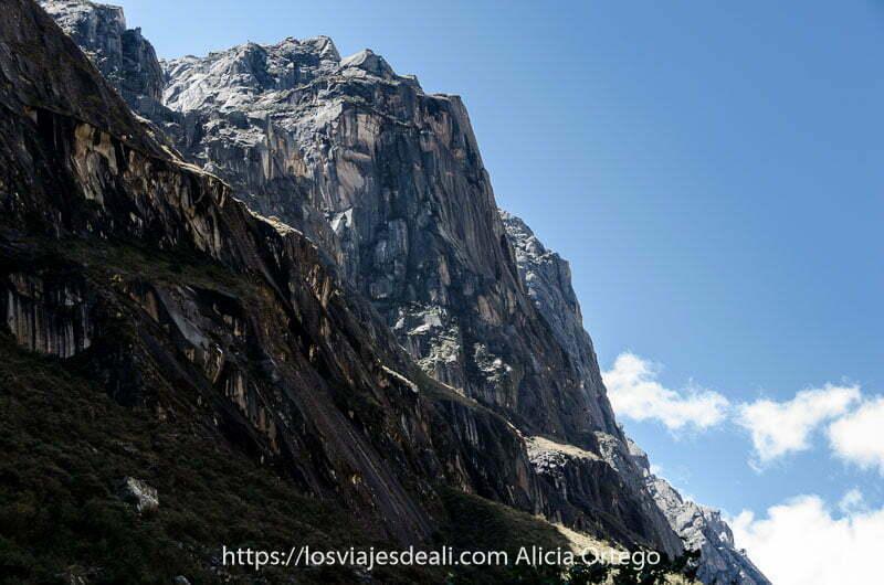 pared de pura roca con cielo azul en el parque nacional de huascarán uno de los lugares maravillosos de perú