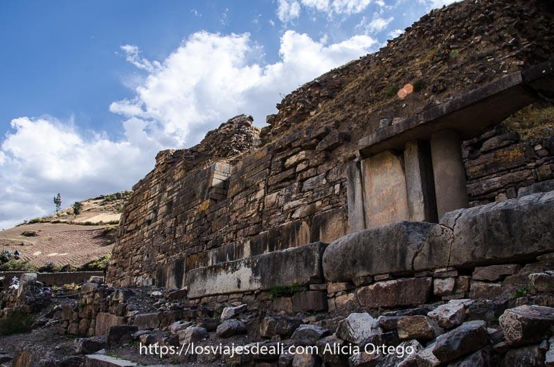 muro de piedra de Chavin de Huantar con algunas columnas en Perú